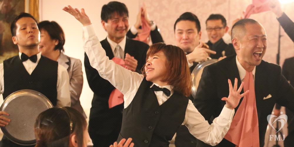 会場スタッフが踊りだすサプライズ。そして新郎新婦ダンスの感動演出